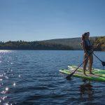 Un coucher de soleil en Paddle Board sur le lac sacacomie. Le paddle board, une des activités offertes à l'hôtel Sacacomie.