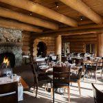 Chaleureuse salle à manger du restaurant de l'hôtel Sacacomie.