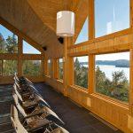 Solarium panoramique vue sur le lac de l'hôtel Sacacomie. Geos Spa