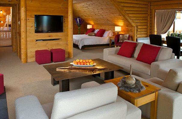 Salon et salle à manger d'une suite exécutive à l'hôtel sacacomie à St-Alexis-des-Monts.